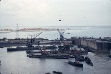 RK-1758 Ouwerkerk. Sluiting laatste dijkgat. Rechts liggen 2 caissons, op hun plaats. Het laatste caisson zal die nacht ...