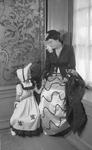 RK-1797 Zierikzee. Viering van het 1100-jarig bestaan van Zierikzee. Mevrouw A.W. van der Velde-Houdkamp met haar dochter.