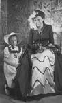 RK-1798 Zierikzee. Viering van het 1100-jarig bestaan van Zierikzee. Mevrouw A.W. van der Velde-Houdkamp met haar dochter.