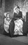 RK-1799 Zierikzee. Viering van het 1100-jarig bestaan van Zierikzee. Mevrouw A.W. van der Velde-Houdkamp met haar dochter.