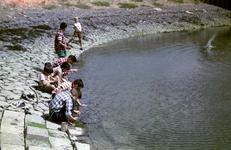 RK-1984 Zierikzee. Zeedijk. Vissen aan de waterkant; personen onbekend.