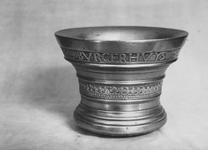 RK-2024 Zierikzee. Mortier of vijzel, gedateerd 1625, gemaakt door Michael Burgerhuys, bekend klokken- en kanongieter.