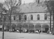 RK-2030 Zierikzee. Havenplein. Gasthuiskerk, met ijscokarretjes voor de Beuze .