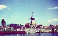 RK-2047 Zierikzee. Nieuwe Haven, gezien vanaf de oostelijke havendijk. Vooraan de aanlegsteiger van de Provinciale ...