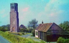 RK-2048 Koudekerke. De Plompe Toren na de restauratie van ca. 1938. In de boerderij rechts vooraan woonde Adriaan van ...
