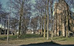 RK-2056 Renesse. Gezicht op de Ring, gezien vanaf de Korte Reke. Rechts de Jacobuskerk, westgevel.