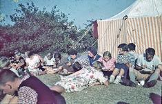 RK-2060 Renesse. Kamp van de Jeugdbond voor Natuurstudie (NJN). Deelnemers aan de maaltijd.