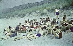 RK-2062 Renesse. Kamp van de Jeugdbond voor Natuurstudie (NJN). de deelnemers aan het strand.