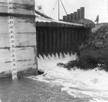 SW-0019B Nieuwerkerk. Noorddijk. Sluiting bij Stevensluis, er wordt een caisson gebruikt met een z.g.n. Guillotine er ...
