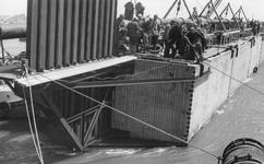 SW-0105A Nieuwerkerk. Stevensluis. Sluiting van het gat bij Stevensluis met een caisson met een z.g.n. guillotine ...