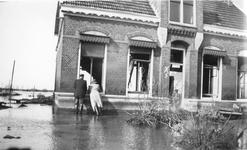 SW-0138B Nieuwerkerk. Ooststraat. Het huis van W. M. Kesteloo is flink beschadigd, vooral aan de achterkant