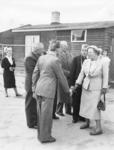 SW-1084 Zierikzee. Bezoek van koningin Juliana: aankomst bij de noodwoningen in de Zuidernieuwlandpolder. V.l.n.r.: ...