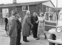 SW-1085 Zierikzee. Bezoek van koningin Juliana: aankomst bij de noodwoningen in de Zuidernieuwlandpolder. V.l.n.r.: ...