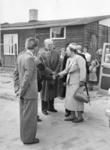 SW-1086 Zierikzee. Bezoek van koningin Juliana: aankomst bij de noodwoningen, in de Zuidernieuwlandpolder. V.l.n.r.: ...