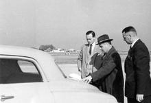WA-0026-2 Haamstede. Vliegveld Nieuw-Haamstede. Bezoek van de burgemeester van Amsterdam, de heer d'Ailly (rechts) aan ...