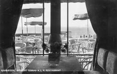 WA-0163 Nieuw Haamstede. Torenweg. Vliegveld, stationsgebouw / hotel. Zicht op terras van K.L.M. restaurant.