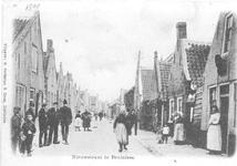 X-0047W Bruinisse. Nieuwstraat. Rechts voor de deur van de herberg De Gunst (later café P. Koene) staat Jannetje (v. ...