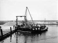 X-0222W Schouwen-Duiveland. Drijvende boor en sondeerponton, (de Slikbak) op transport naar een nieuwe boorlokatie, met ...
