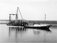 X-0223W Schouwen-Duiveland. Drijvende boor en sondeerponton, (de Slikbak) op transport naar een nieuwe boorlokatie, met ...