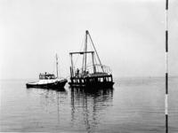 X-0224W Schouwen-Duiveland. Drijvende boor en sondeerponton, (de Slikbak) op transport naar een nieuwe boorlokatie, met ...
