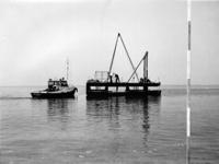 X-0225W Schouwen-Duiveland. Drijvende boor en sondeerponton, (de Slikbak) op transport naar een nieuwe boorlokatie, met ...