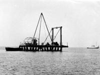 X-0226W Schouwen-Duiveland. Drijvende boor en sondeerponton, (de Slikbak) op transport naar een nieuwe boorlokatie, met ...