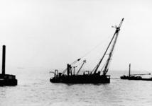 X-0246W Bruinisse. Deltawerken. Het drijvende bok Ursus , in gebruik bij de dienst Nieuwe Werkmethode van Rijkswaterstaat