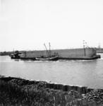 X-0260W Schouwen-Duiveland. Deltawerken. Transport van een Phoenix caisson. Langszij een werkvaartuig van Smit-Tak (de ...