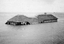 X-1646A Omgeving Burghsluis. Noodboerderij bij de Plompetoren in het water, deels ingestort.