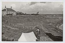 X-2847 Flaauwers. Inlagen. Jan Ebiinge in een tent bij de boerderij van de familie Van den Hoek. De boerderij is ...