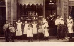 X-3990 Zierikzee. Poststraat. Het gezin van Gerard Potappel (Colijnsplaat 12-01-1862, Zierikzee 19-09-1937) en Kaatje ...