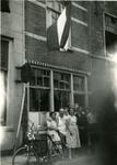X-4037 Zierikzee. Meelstraat. Bakkerij familie Potappel. V.l.n.r. Jansje Johanna Potappel (Zierikzee 13-05-1937); ...