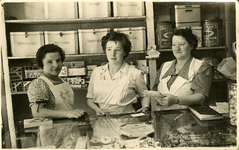 X-4038 Zierikzee. Poststraat. Bakkerij Potappel, gespecialiseerd in palingbrood. V.l.n.r: Jansje Johanna (Jannie) ...