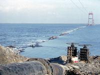 X-4834 Bruinisse. Grevelingendam. Een kijkje in noordelijke richting bij de aanleg van de Grevelingendam. De dam wordt ...