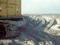X-4854 Bruinisse. Grevelingendam. Een dragline aan het werk bij de aanleg van de Grevelingendam