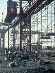 X-4856 Bruinisse. Grevelingendam. De kabelbaan met gondel gebruikt bij de aanleg van de Grevelingendam. Op de voorgrond ...