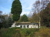 X-4936 Nieuw-Haamstede. Populierenlaan. Een tot vakantiewoning omgebouwde bunker uit WO2, achter de Populierenlaan