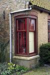 X-5017 Ellemeet. Locatie onbekend. Een raam met kozijn op de hoek van een woning