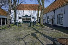 X-5116 Zierikzee. Sint Domusstraat. Sint Jacobshofje. De Vismarkt met in het midden de omheining waar in de manden met ...