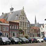 X-5418 Brouwershaven. Markt. Met in het midden het stadhuis, waarvan de achterzijde dateert uit de vijftiende eeuw, het ...