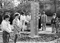 ZG-1007 Zierikzee. Grachtweg. Kranslegging bij het Joods monument door twee leerlingen van de Johan Louis de ...