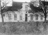 ZM-0330 Zierikzee. Poststraat 45. Sinds 1863 Burgerweeshuis. Het gebouw dateert uit omstreeks 1730.