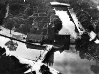 ZM-2023 Zierikzee. Zuidhavenpoort, met links Nieuwe Haven en midden Oude Haven. Rechts de Noordhavenpoort.