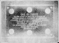ZM-2348 Zierikzee. Meelstraat, Stadhuis. Gedenkplaat, in 1913 opgehangen bij de trouwzaal, geschonken door The ...