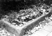 ZM-2349 Zierikzee. Meelstraat. Stadhuis, zandstenen sarcofaag op het binnenplein van het stadhuis. De sarcofaag komt ...