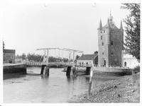 ZM-3430 Zierikzee. Zuidhavenpoort en brug, gezien vanaf de Vissersdijk.
