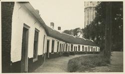 ZZE-2570 Zierikzee. Godskamertjes of Schosjes (armenhuisjes). Deze kleine huisjes, aan het begin van het Slingerbos, ...