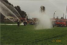 940314 Overdracht brandweerauto 640 aan de brandweer te Duszniki (Polen). Leden van de brandweer uit Sas van Gent geven ...