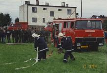 940315 Overdracht brandweerauto 640 aan de brandweer te Duszniki (Polen). Leden van de brandweer uit Sas van Gent geven ...
