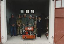 940319 Overdracht brandweerauto 640 aan de brandweer te Duszniki (Polen). Leden van de brandweer te Duszniki